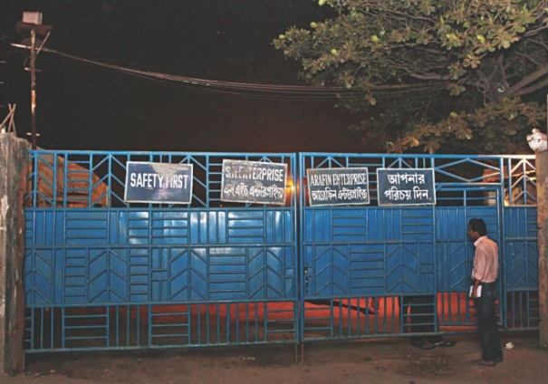 """A sign hung on the gate of Arafin Enterprise reads, """"Safety first"""". Ironically four workers were killed in an accident in the ship-breaking yard yesterday. A gas cylinder explosion inside a ship killed the workers who had no safety gear on. Photo: Anurup Kanti Das"""